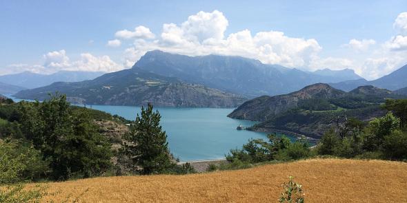 Vue panoramique sur le Lac de Serre-Ponçon, le barrage et le Muséoscope du Lac