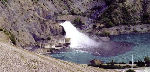 Gerbe d'eau de plusieurs mètres cubes Barrage de Serre-Ponçon